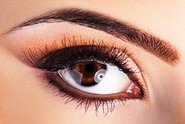Braune Augen geschminkt