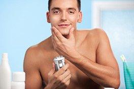 Mann bei der After Shave Anwendung