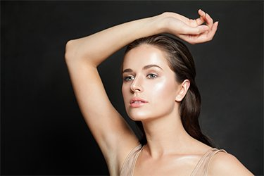 Model mit glatter Haut