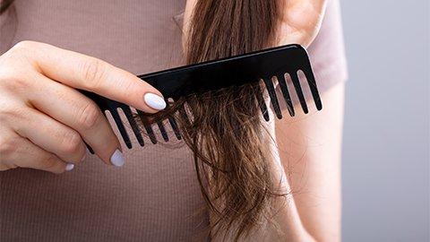Haare bürsten mit Kamm