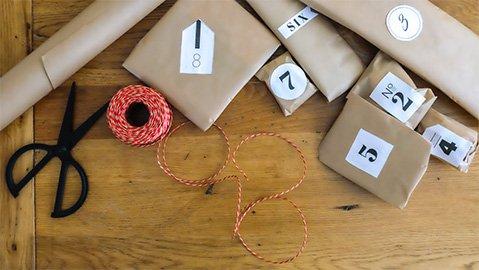 Kleine Päckchen mit Nummerierung, Schere und Band