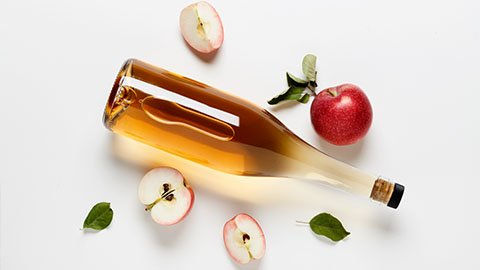 Apfelessig in einer Flasche