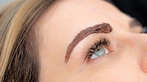 Frau mit Augenbrauenfarbe auf den Augenbrauen