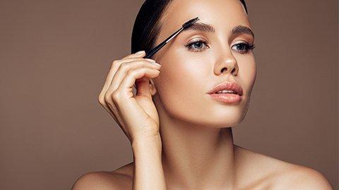 Frau mit Augenbrauenbürste