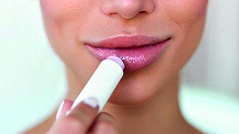 DIY Lippenbalsam auftragen