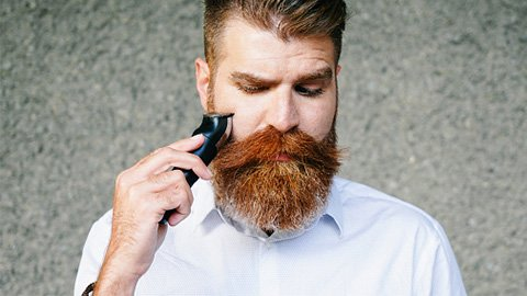 Mann stutzt seinen Bart