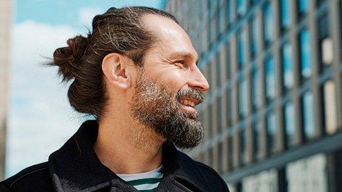 Mann mit Man-Bun und Bart