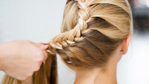 Blonde Haare, die geflochten werden