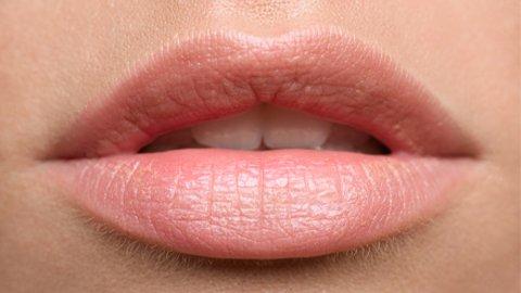 Lippen mit Nude Lippenstift