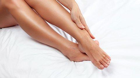 Glatte Beine einer Frau
