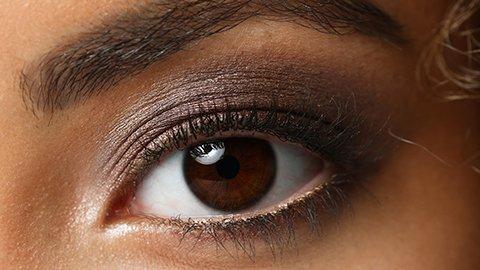 Braunes Auge mit Nude Lidschatten
