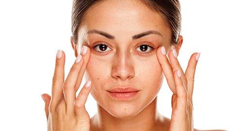 Frau mit Augenringen