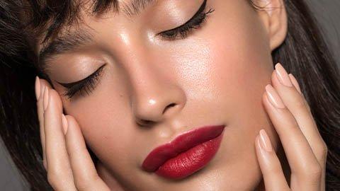 Frau mit Teint und roten Lippen