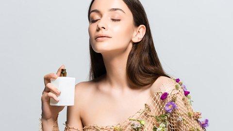 Frau mit blumigen Parfum