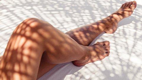 gebräunte Beine in der Sonne