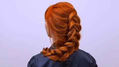 Frau mit roten Haaren und locker geflochtenem Zopf