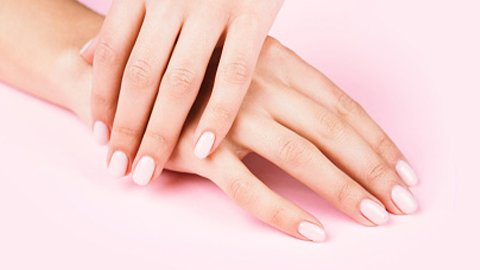 Hände mit rosa Gelnägel