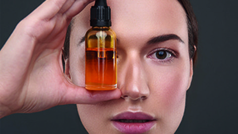 Frau mit Arganöl