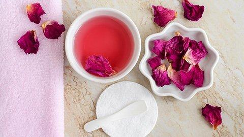 Getrocknete Rosenblätter mit Rosa Flüssigkeit