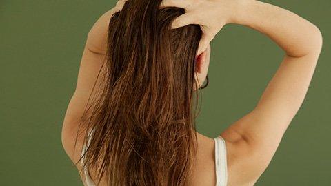 Frau mit Babassuöl in den Haaren