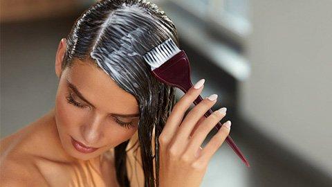 Frau färbt Haare selbst