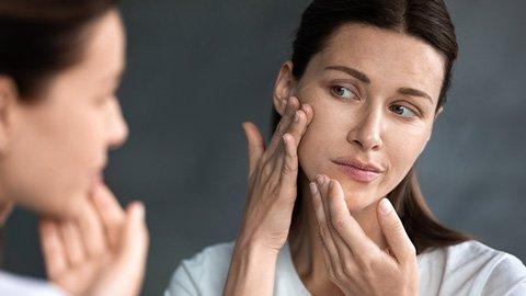 Frau mit Hautproblemen
