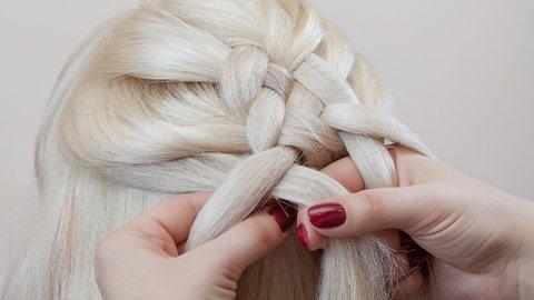 Hellblonde Haare halb geflochten