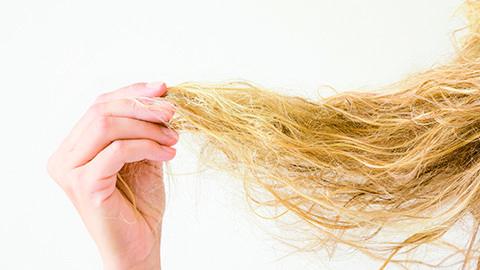 Model mit krausen Haaren