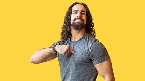 Mann mit langen Haaren und Bart