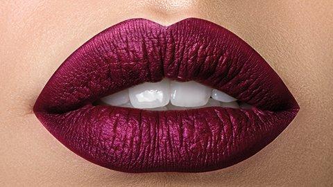 Dunkle Lippen mit Lippenstift