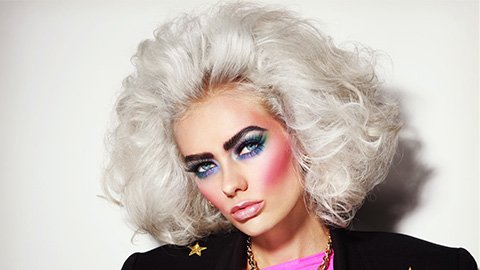 Frau mit 80er Jahre Make-up