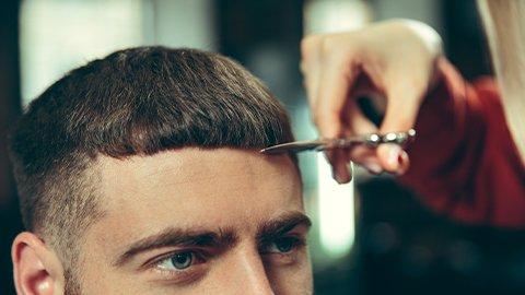 Mann mit Pilzkopf werden Haare geschnitten