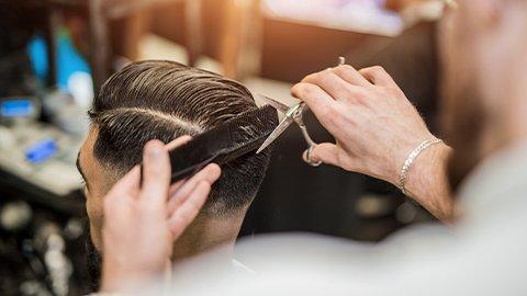 Mann mit Seitenscheitel werden die Haare gemacht