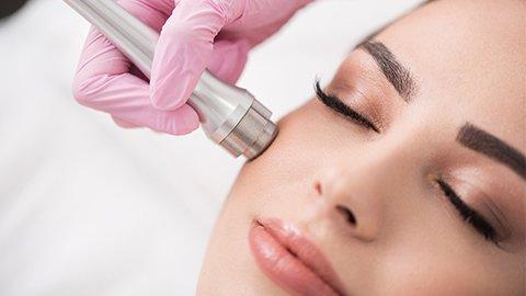 Weiter Gesichtsbehandlung auch Saugt der nach Pflege nach