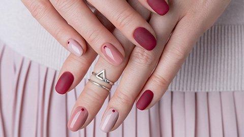 Kreativ Lackierte Nägel in rosa und weinrot
