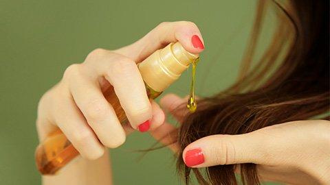 Haare mit Monoi-Öl