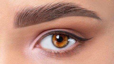 Model mit hellbraunen Augen