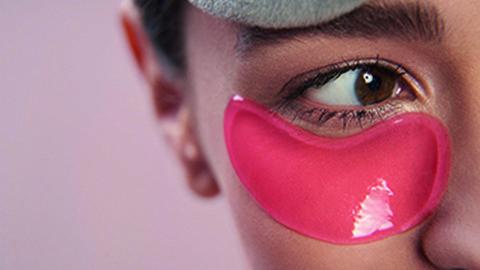 Frau mit roten Augenpads