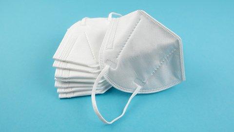 Schutzmasken vor blauem Hintergrundkne