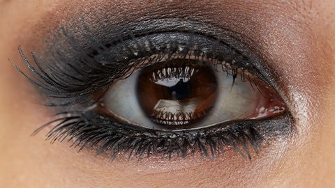 Frau mit geschminkten Smokey Eyes