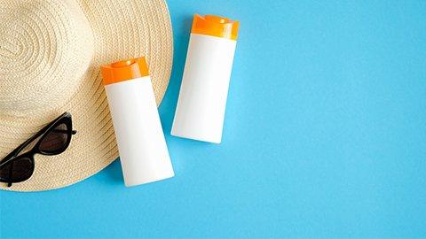 Sonnencreme mit Hut und Sonnenbrille