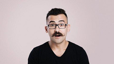 Mann mit Undercut und Schnurrbart
