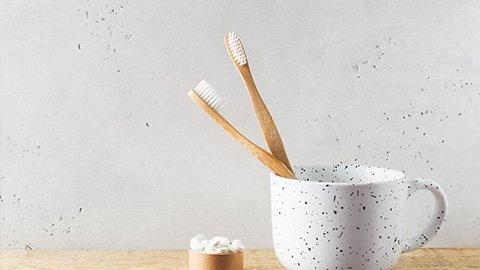 Selbstgemachte Zahnpasta und Zahnbürsten