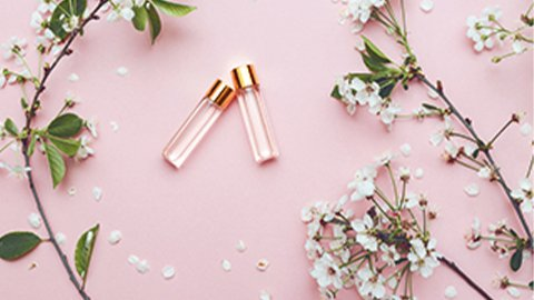 Zwei Parfumproben in rosa