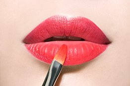 Hellrote Lippen mit Pinsel