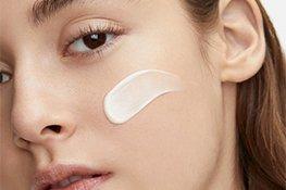 Frau mit Shiseido Gesichtcreme