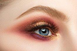 Augebraue mit Farbe geschminkt