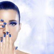 Ein blauer Nagellack sieht edel aus