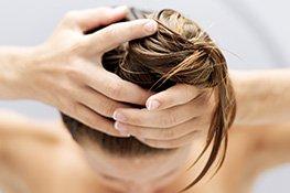 Frau mit Conditioner im Haar