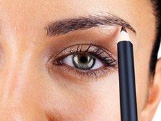 Frau schminkt sich ihre Augenbrauen